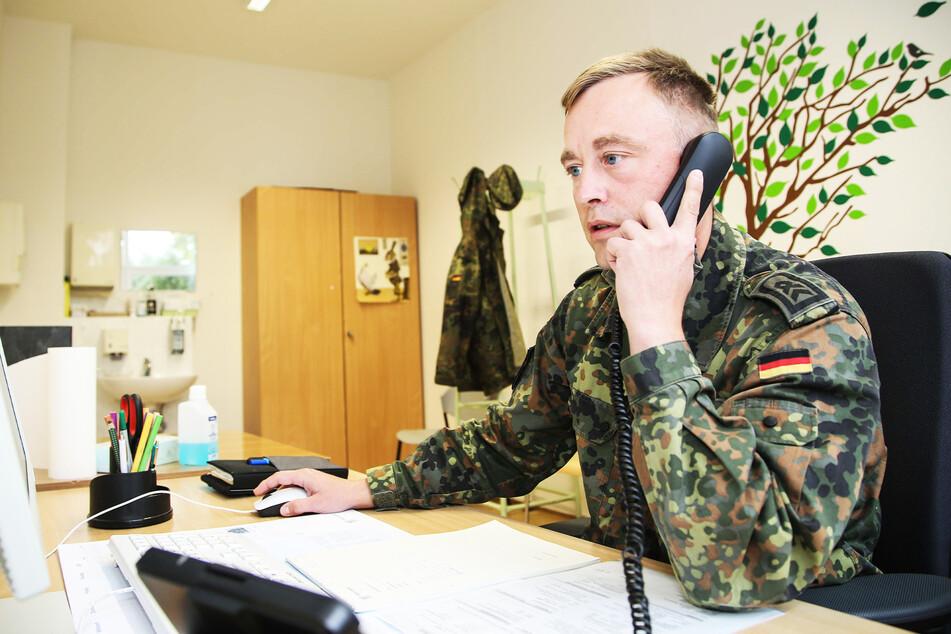 Ein Soldat ermittelt telefonisch die Kontaktpersonen eines Corona-Patienten.