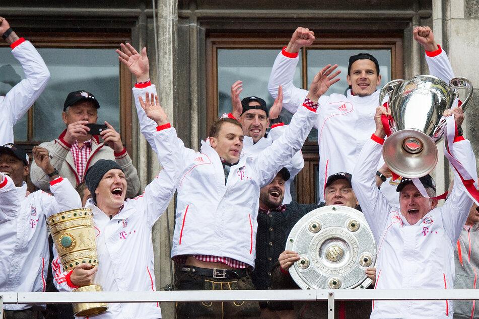 Rauschend war die Feier am Münchner Marienplatz 2013. Trainer-Legende Jupp Heynckes holte das erste Triple der Vereinsgeschichte. Hansi Flick kann nun das Zweite holen.