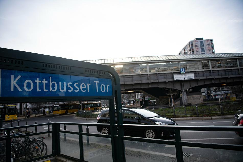 Die Männer sind auf einer Verkehrsinsel am Kottbusser Tor aneinander geraten. (Archivbild)