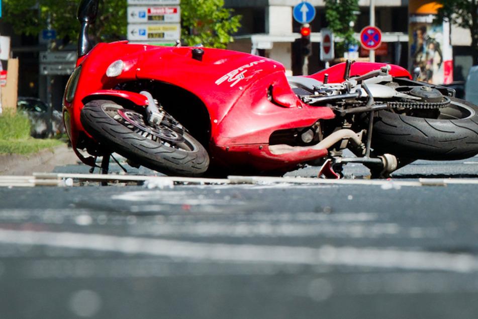 Ein Mann musste in Oberbayern von seinem Motorrad springen, um einem Zusammenstoß zu entkommen. (Symbolbild)