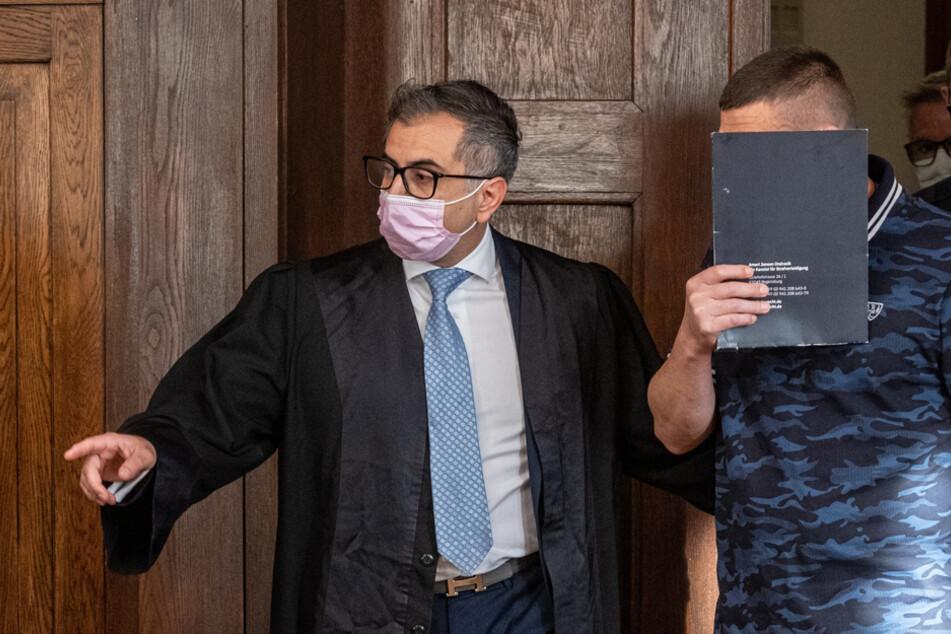 Der Angeklagte (r.) geht neben seinem Verteidiger in den Verhandlungssaal des Landgerichts.