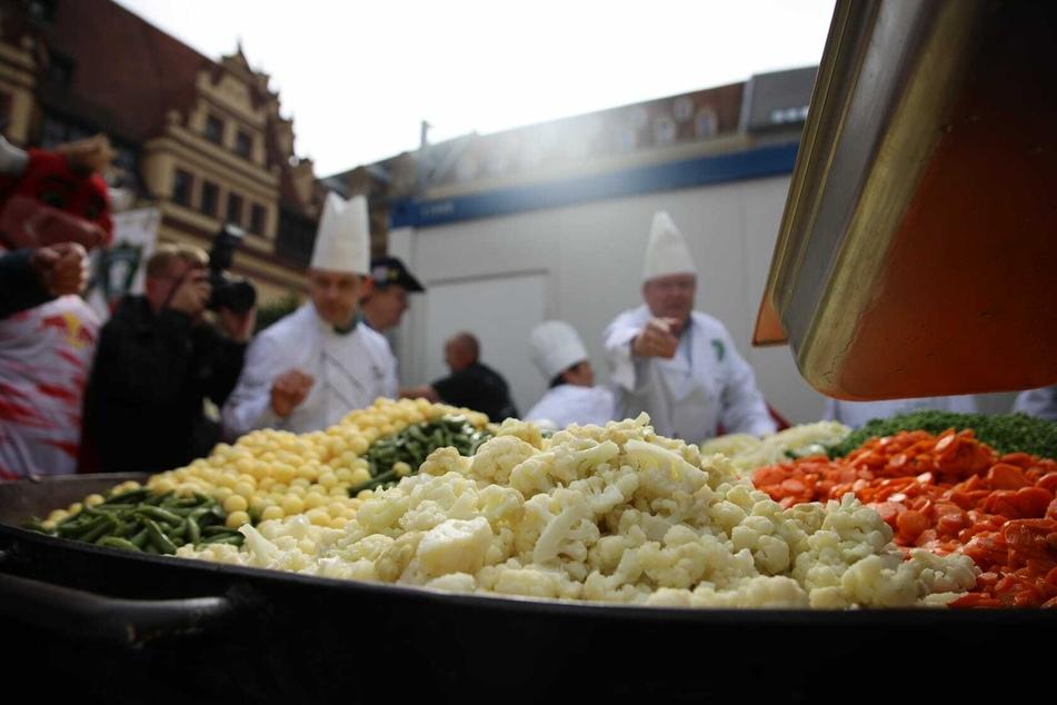 Am Samstagmorgen wurde auf dem Leipziger Marktplatz versucht, die größte Portion Leipziger Allerlei der Welt zu kochen.