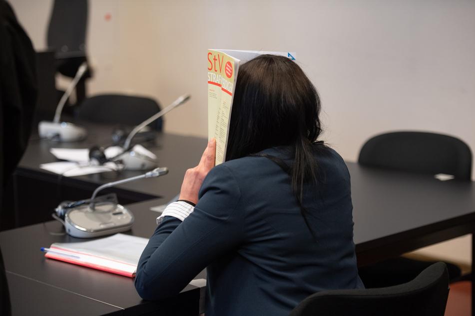 Die Witwe des Berliner Rappers und späteren IS-Mitglieds Denis Cuspert alias Deso Dogg sitzt zu Prozessbeginn in einem Gerichtssaal im Landgericht.