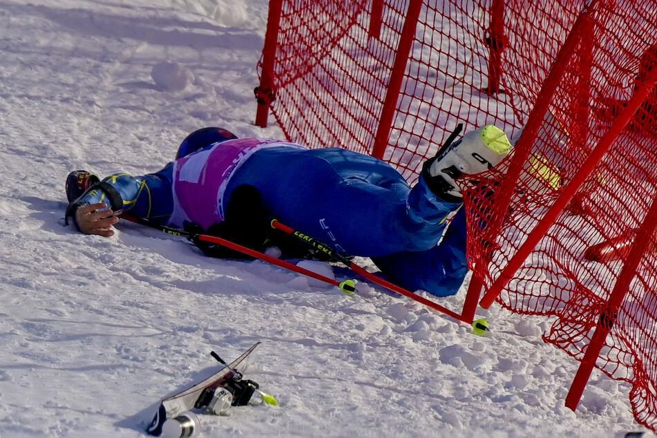 Tommy Ford aus den USA liegt nach einem Sturz verletzt auf dem Boden.