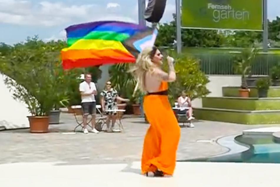 LGBT beim ZDF-Fernsehgarten: Marcella Rockefeller schwenkte eine Regenbogenfahne.