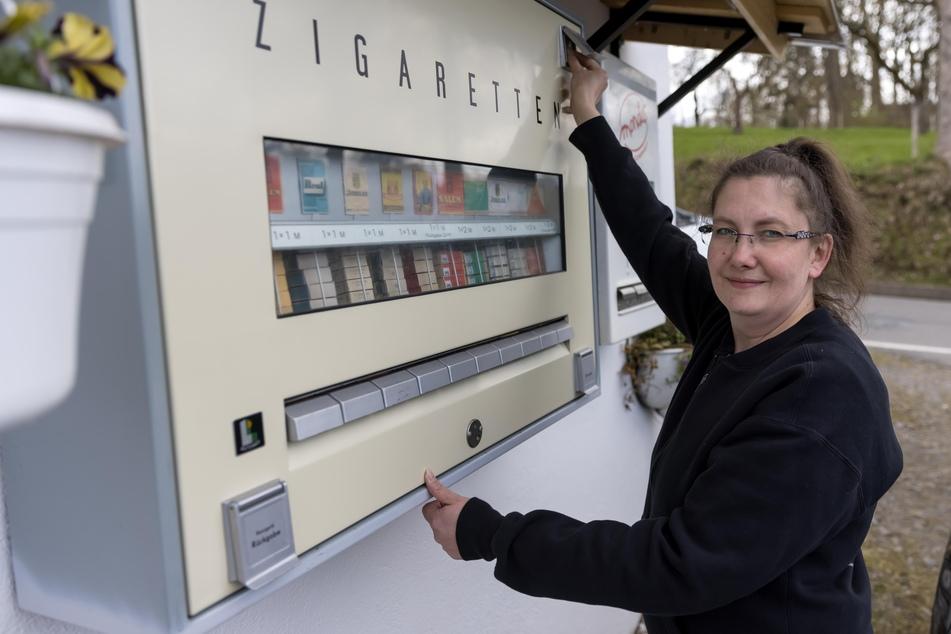 Bitte eine DDR-Mark einwerfen: Der Zigarettenautomat von 1969 funktioniert einwandfrei, wie Mandy Lieberwirth (42) zeigt.