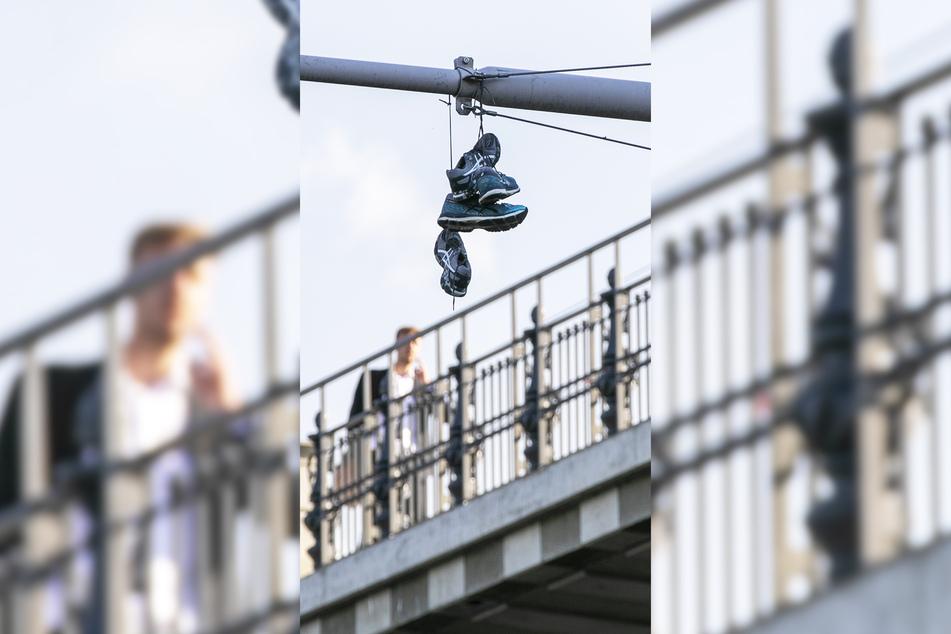 Nicht nur diese zwei Paar hängen an dem Signalmast.