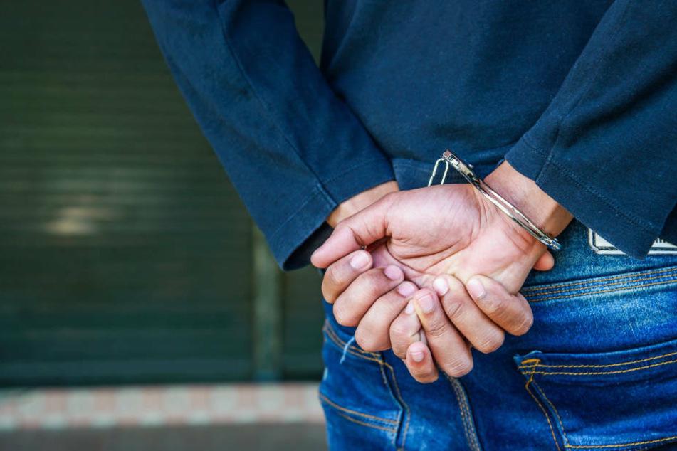 Mann trägt Mundschutz im Kaufhaus nicht korrekt und wird von Polizei verhaftet