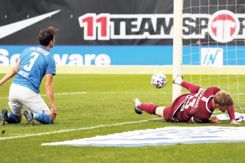 Christoph Daferner machte nach seinem Treffer eine halbe Bauchlandung, war aber vor Gegenspieler Julian Riedel (l.) am Ball.