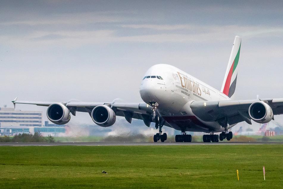 Ein Airbus A380 der Golf-Airline Emirates startet.