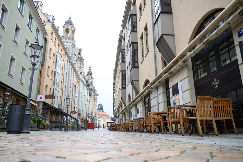 Dresden: Leere Tische und Stühle stehen vor geschlossenen Lokalen auf der Münzgasse.