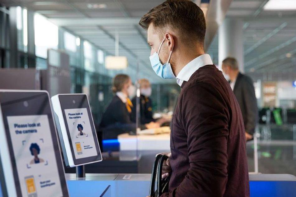 Ein Mann steht an einem biometrischen Gesichtserkennungspunkt.