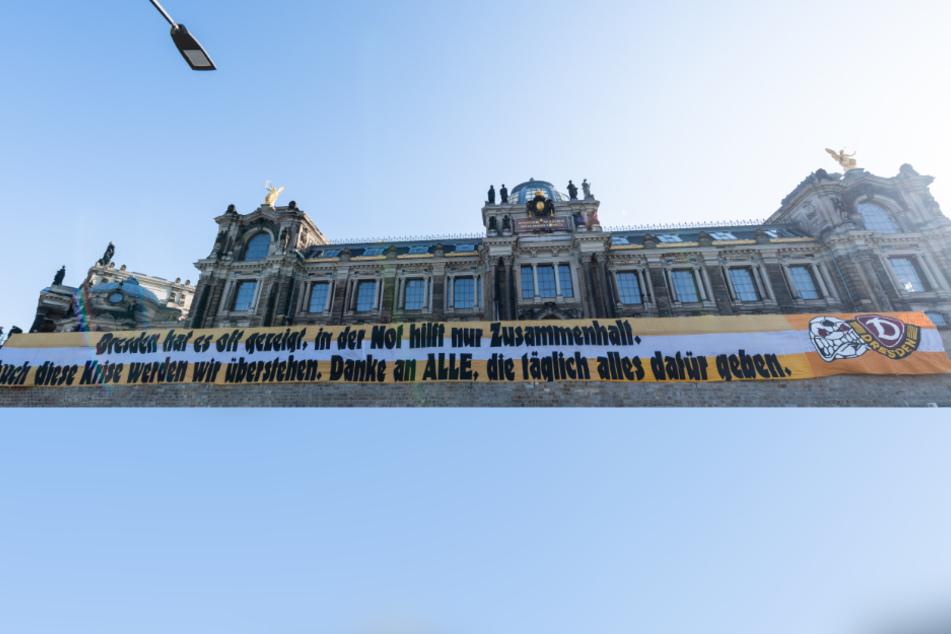 Diese Banner der Dresdner Fans hing erst an der Brühlschen Terasse in Dresden, befindet sich nun an einem anderen Platz.