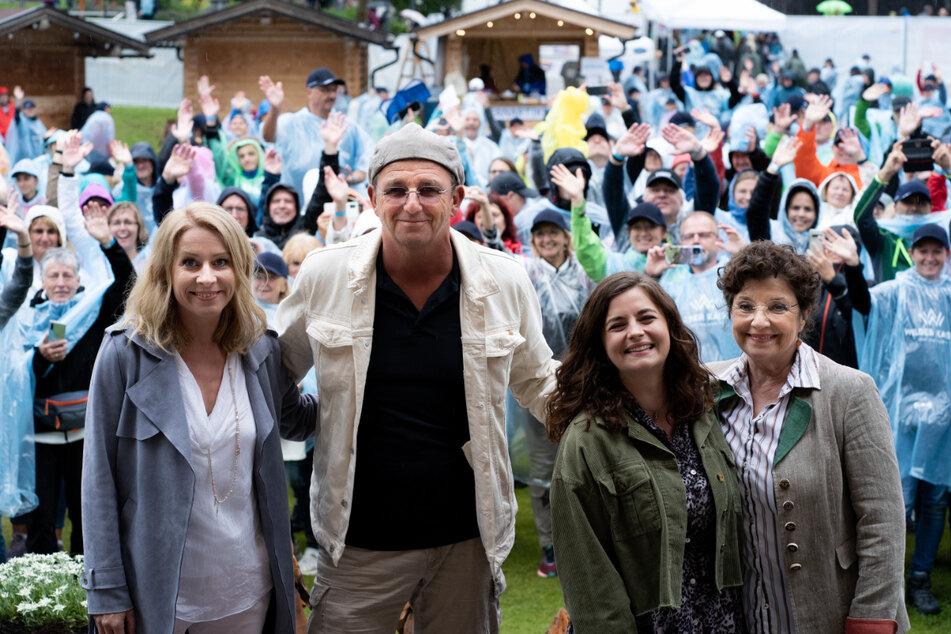 Natalie O'Hara (44), Hans Sigl (52), Ronja Forcher (25) und Monika Baumgartner (70) beim Bergdoktor-Fantag 2021 in Scheffau am Wilden Kaiser.