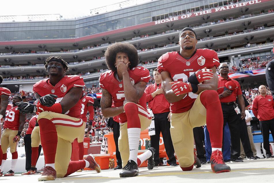 v.l.n.r.: San Francisco 49ers Linebacker Eli Harold, Quarterback Colin Kaepernick und Safety Eric Reid knien bei der Nationalhymne vor einem NFL Football-Spiel.