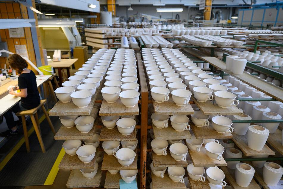 Die Führung gewährt auch einen Blick in die Ofenhalle der Porzellanmanufaktur Meissen.