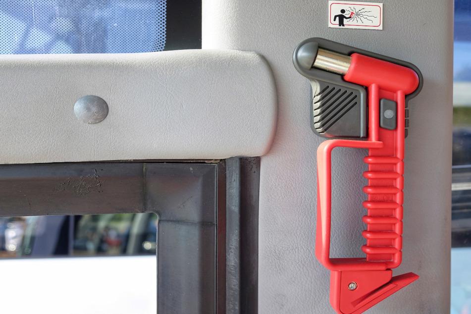 Ein 13 Jahre alter Jugendlicher hat in München mehrere Nothämmer aus Stadtbussen gestohlen - und wurde dabei beobachtet. (Symbolbild)