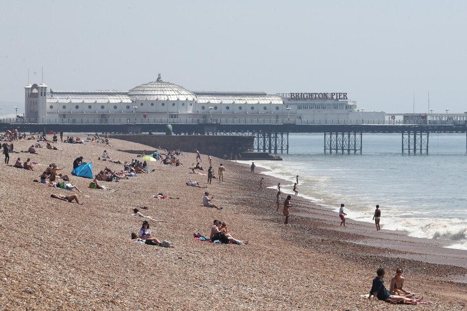 In allzu viele Länder dürfen Briten aktuell noch nicht reisen, um Urlaub zu machen. Dann müssen sie im Sommer eben an britischen Stränden wie hier in Brighton bleiben.