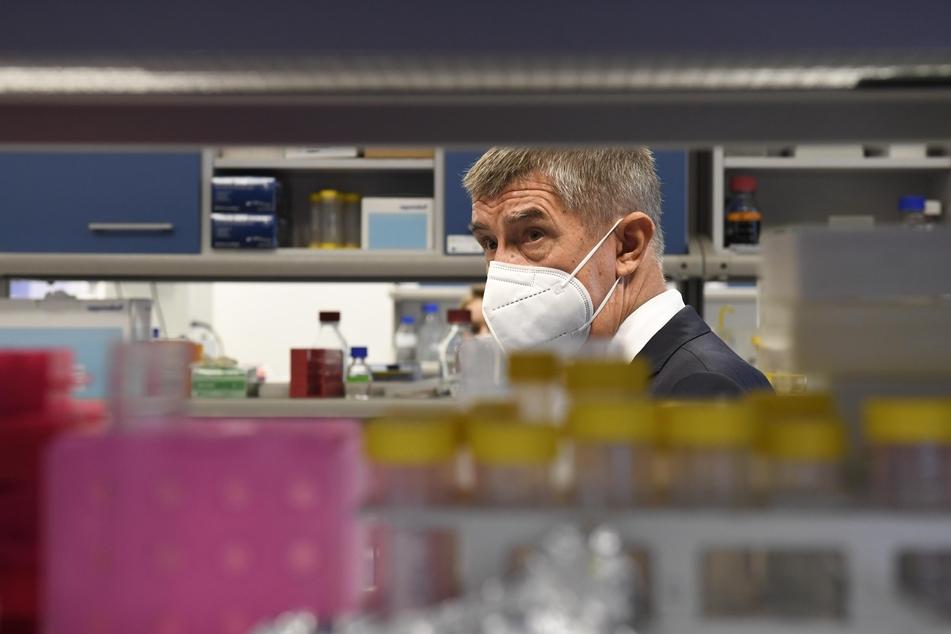 """Andrej Babis, Ministerpräsident von Tschechien, der einen Mundschutz trägt, besucht das Forschungsinstitut """"Biocev""""."""