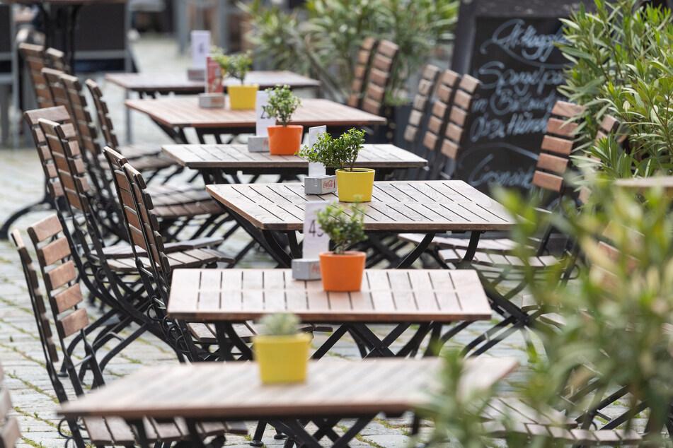 Dresden: Leere Tische stehen auf dem Neumarkt vor einem Restaurant. Die Maßnahmen zur Bekämpfung der Corona-Pandemie treffen das Gastgewerbe mit voller Wucht. Die Umsätze erodieren.
