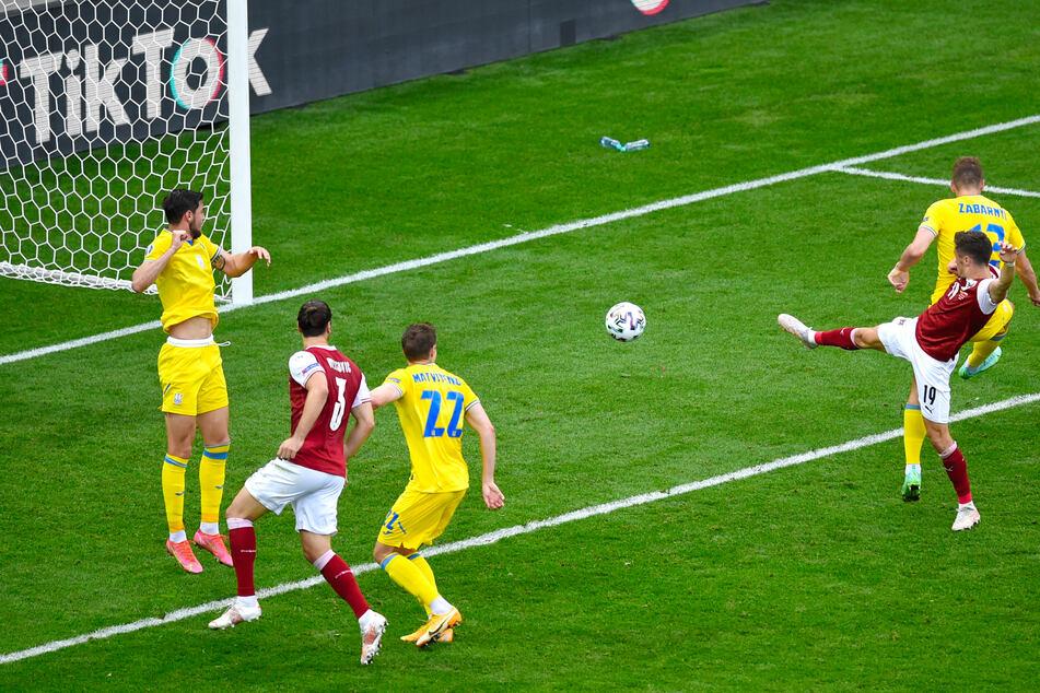 Christoph Baumgartner (r.) setzt sich gegen Ilya Zabarnyi durch und bringt den Ball zum 1:0 für Österreich über die Linie.