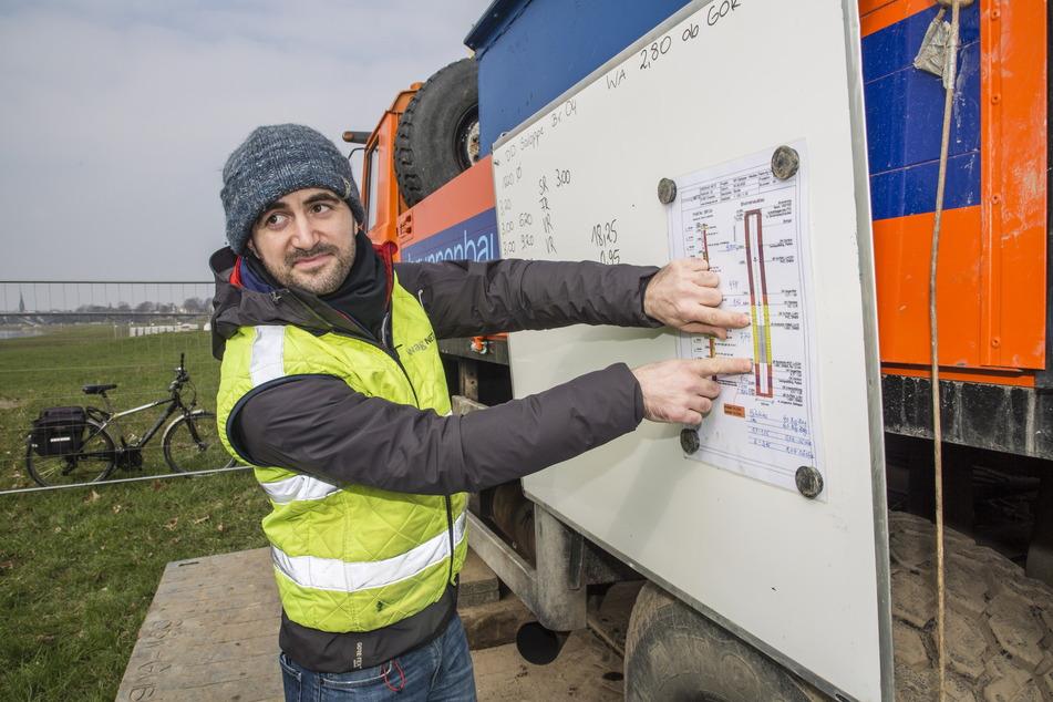 Projektingenieur Rico Bartak (35) zeigt, aus welcher Bodenschicht das Wasser gewonnen wird.