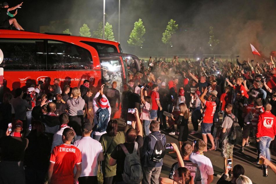 Als der Mannschaftsbus am Stadion ankam, feierten hunderte Fans ihre Fußballhelden.