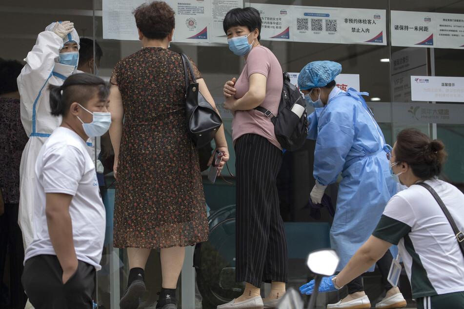 In Peking sind 21 weitere Menschen nach dem Ausbruch auf dem Großmarkt mit dem Coronavirus infiziert.
