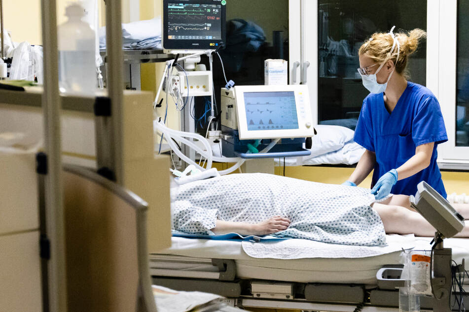 Angaben zu Covi-Patienten, die auf Intensivstationen behandelt werden, machte das Landesgesundheitsamt am Donnerstag nicht. (Symbolbild)