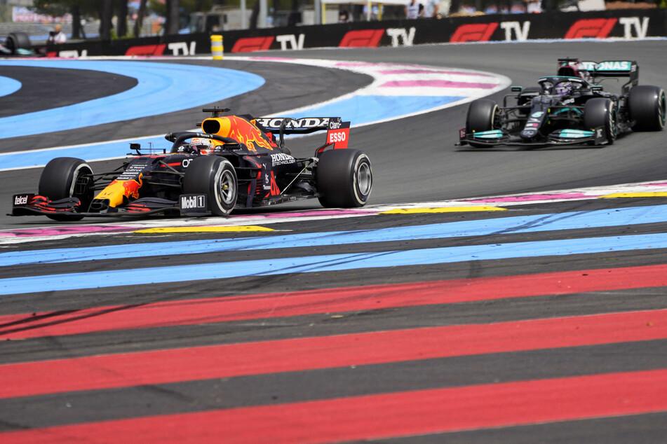 Nach einer irren Hatz von Frankreich hat Max Verstappen (23) seinen WM-Widersacher Lewis Hamilton (36) kurz vor Schloss überholt.