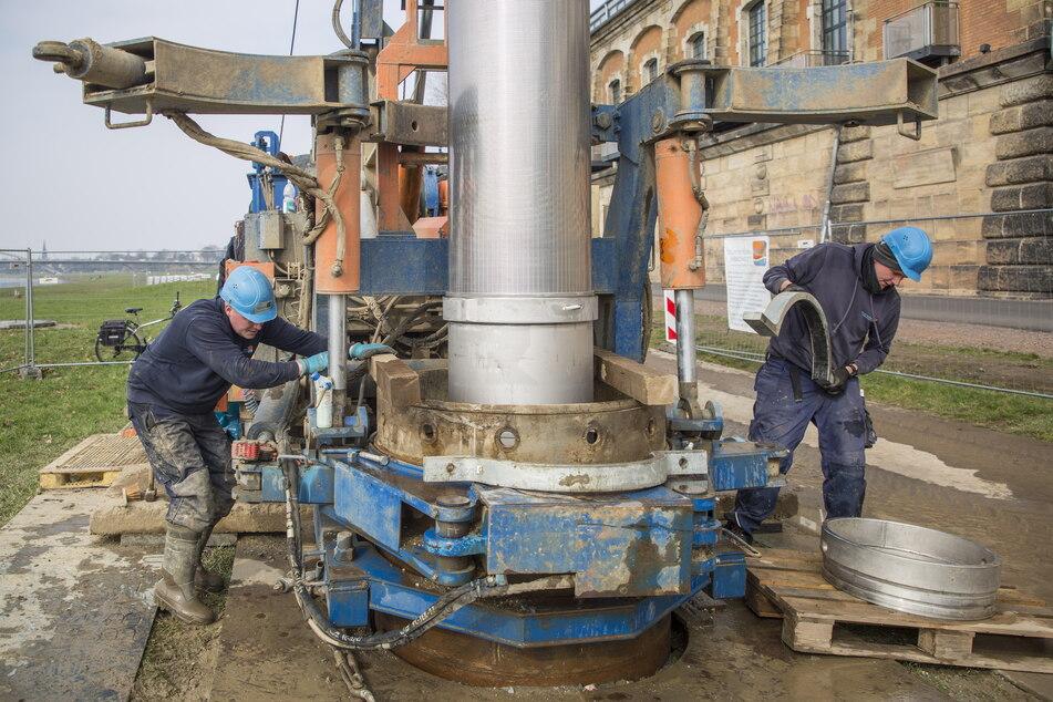 Danny Ebermann (28) und Benedikt Schillhahn (20) bauten gestern in Brunnen Nummer 12 den 3,5 Meter langen Edelstahlfilter ein.