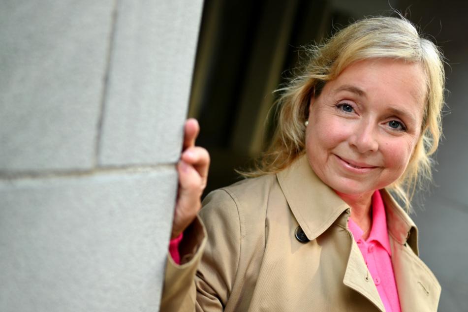 Schauspielerin Christine Urspruch leht sich an eine Hauswand in der Altstadt der Insel Lindau. Die Schauspielerin wird 50 Jahre alt.