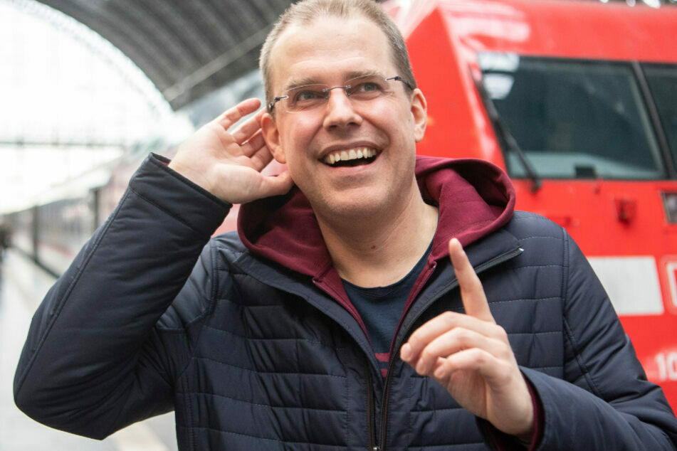 Das Foto vom 7. Januar zeigt den neuen Bahnansager Heiko Grauel am Frankfurter Hauptbahnhof.