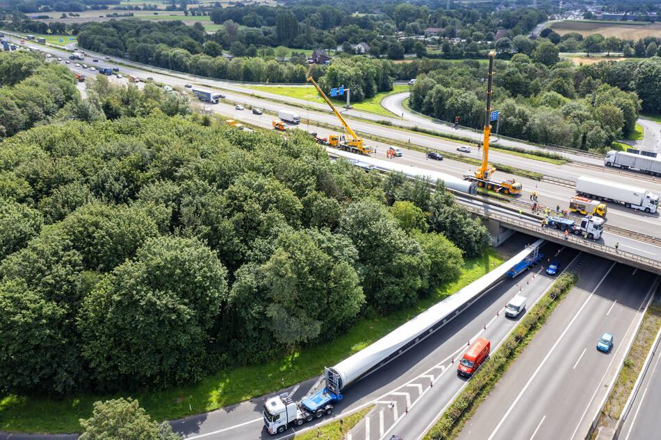 Ein mit einem etwa 80 Meter langen Windradflügel beladener Schwertransporter ist am Autobahnkreuz Moers (A57/A40) liegengeblieben.