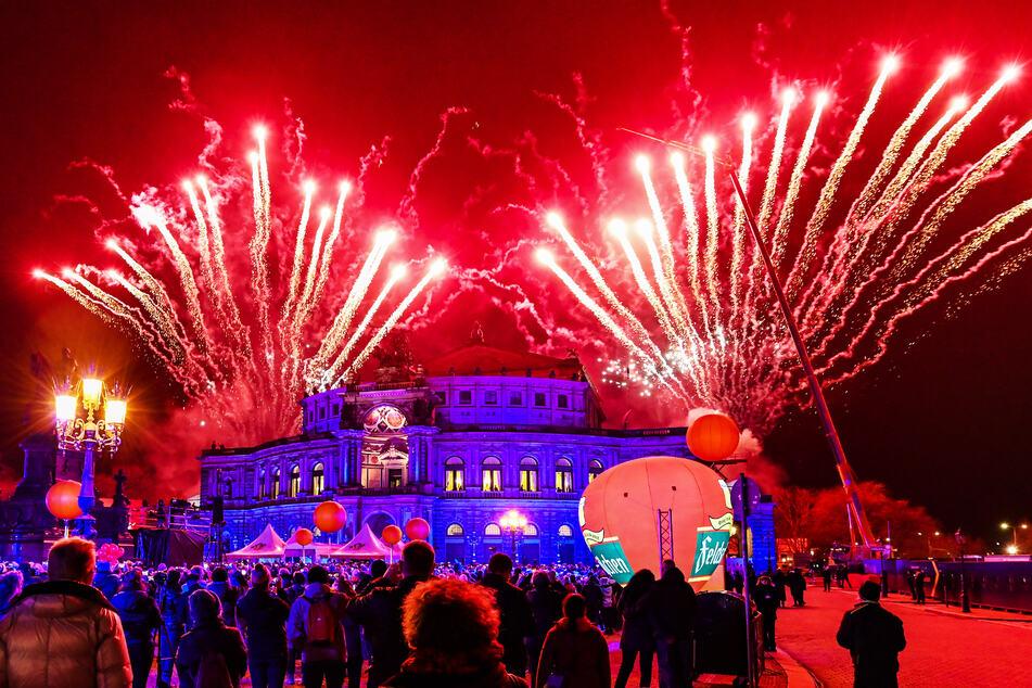 Viele Dresdner bestaunen jedes Jahr das Feuerwerk des SemperOpernballs vor dem Opernhaus.