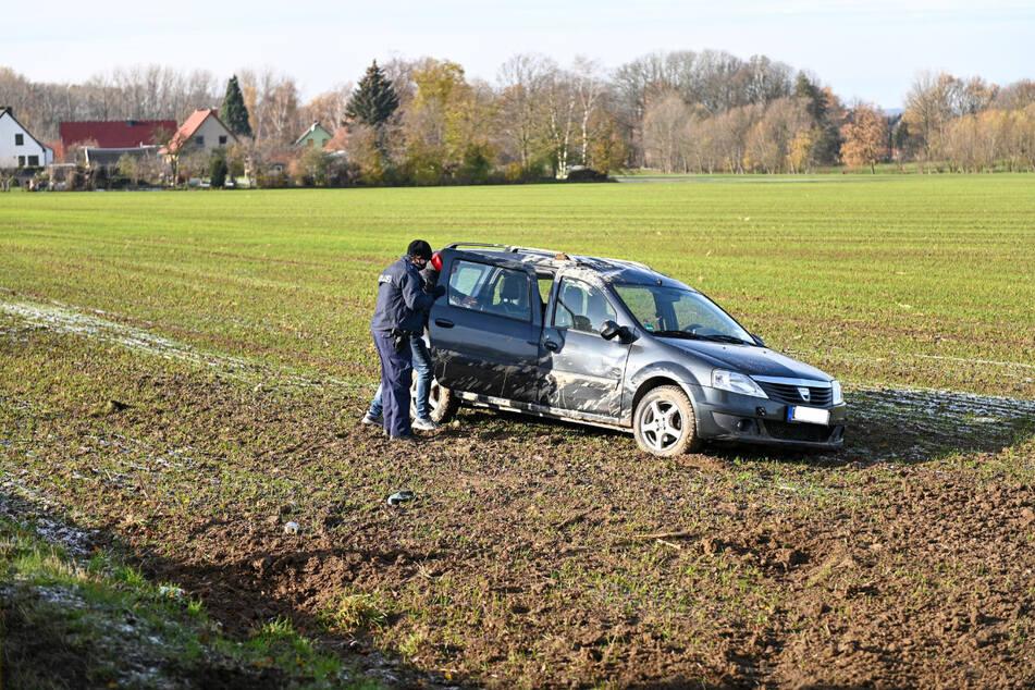 Der Dacia kam bei Glatteis von der Straße ab und landete auf einem angrenzenden Feld.