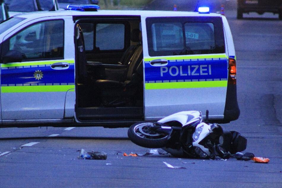 Das Motorrad liegt nach dem Unfall auf der Straße. Der Biker wurde bei dem Crash schwer verletzt.