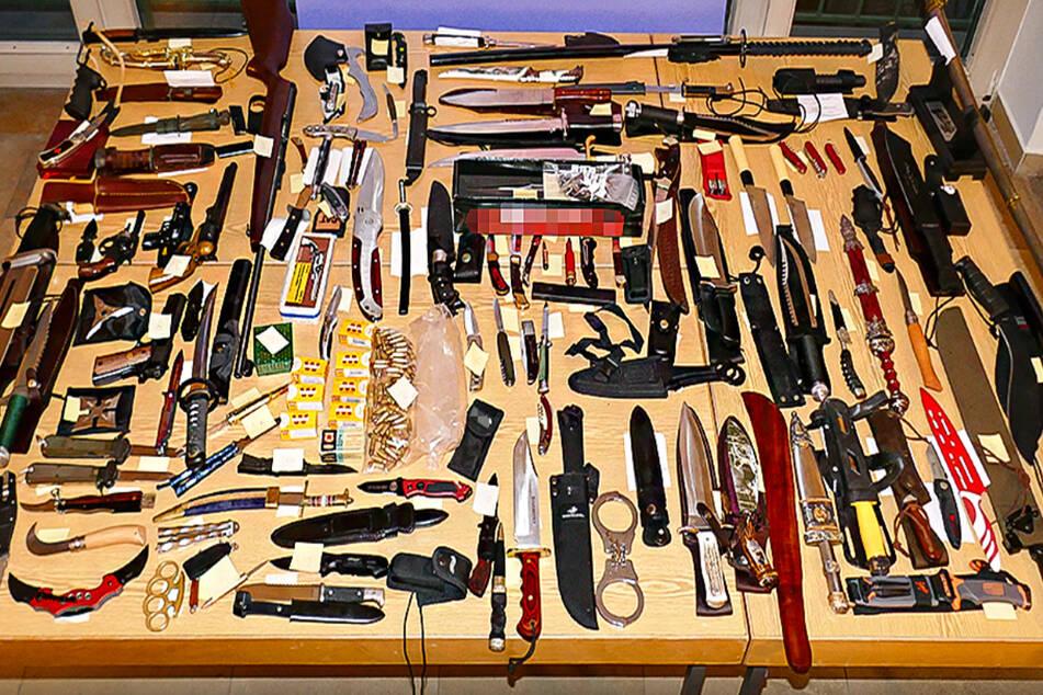 Messer, Schwerter, Schusswaffen und scharfe Munition – der Staatsschutz stieß bei einem mutmaßlich rechtsradikalen Schützen auf ein regelrechtes Waffenarsenal.