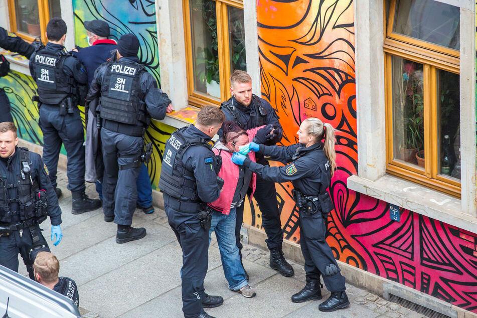 Gerade in Zeiten der Corona-Krise ist die Präsenz der Polizei gefragt. Hier ein Einsatz in der Dresdner Neustadt.