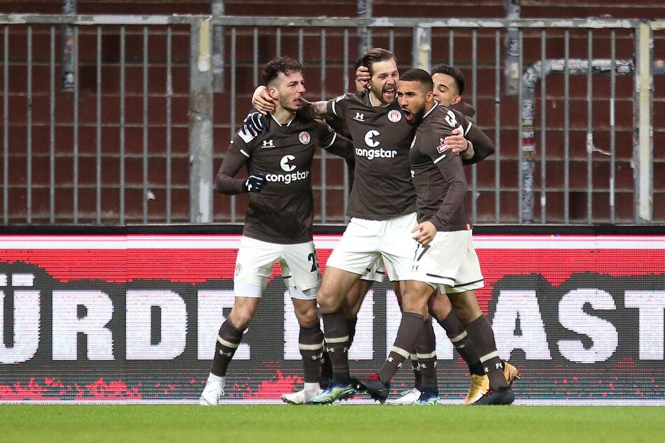 Guido Burgstaller (31, 2.v.r.) spielt nicht nur selber stark, sondern macht auch seine Mitspieler beim FC St. Pauli besser.