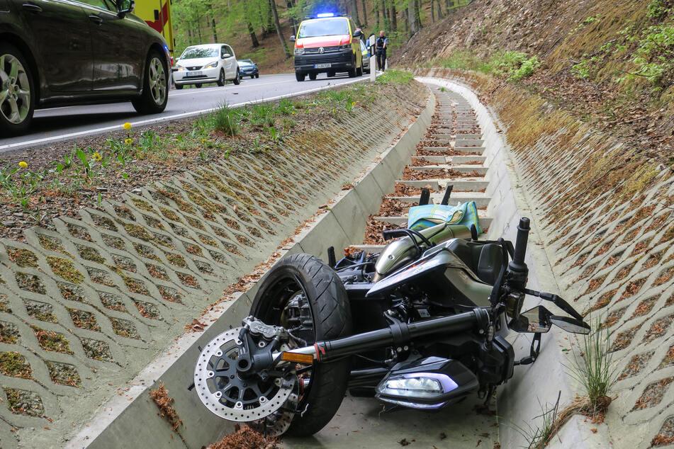 Ein Biker kam am Dienstagnachmittag von der Auer Straße ab und landete neben der Fahrbahn.