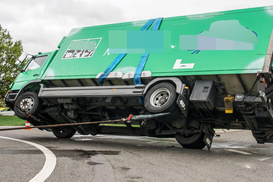 Schwerer Unfall! Lkw kippt im Kreisverkehr um
