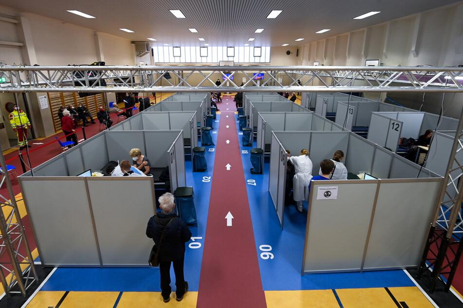 Das Impfzentrum in Halle (Saale). Seit Montagmorgen werden darin Menschen über 80 gegen das Coronavirus geimpft.