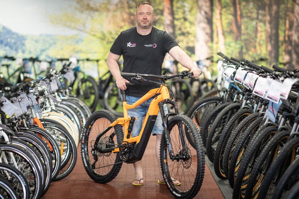 """Die stetige Nachfrage nach E-Bikes elektrisiert den Fahrradmarkt, berichtet Robert Peschke (44). Der Geschäftsführer von """"Little John Bike"""" sagt: """"Momentan sind 12 Millionen auf deutschen Straßen unterwegs."""""""