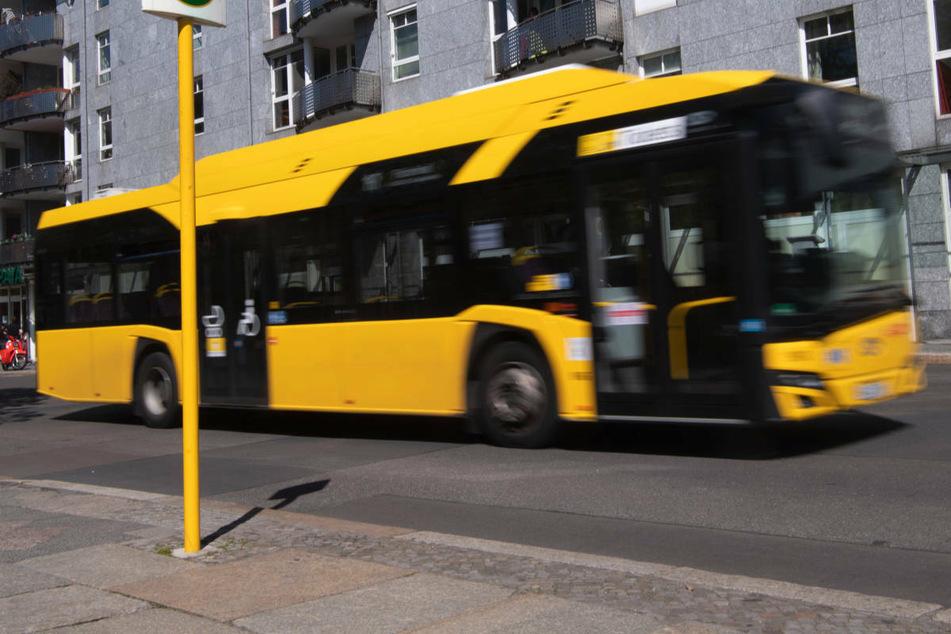 Tonnenschwerer BVG-Bus erfasst 43-Jährige an Ampel und überrollt Fuß
