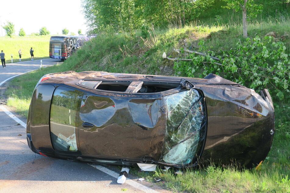 Der BMW hat sich überschlagen, die beiden Insassen wurden verletzt.