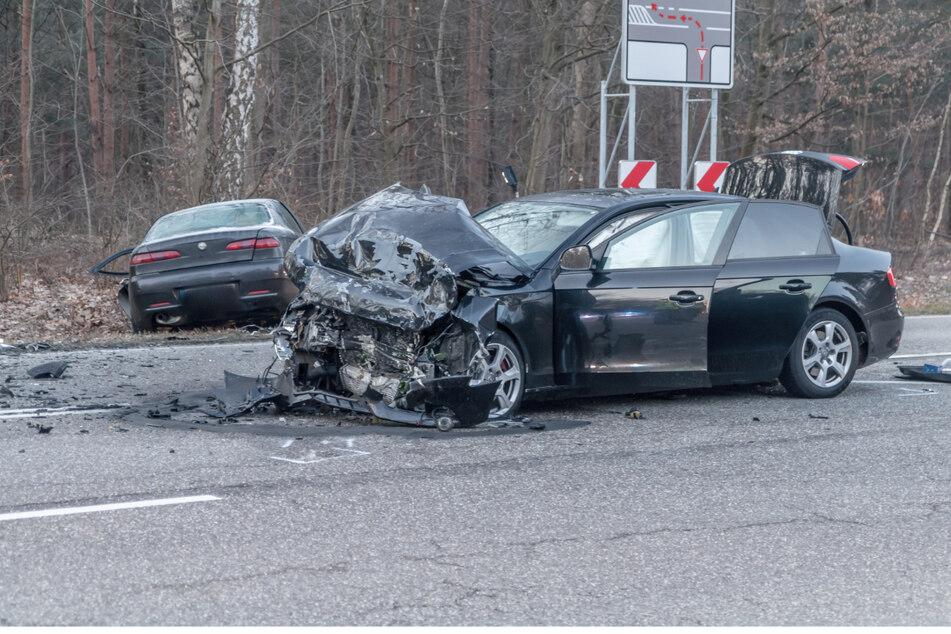 Autos krachen zusammen: Zwei Schwerverletzte