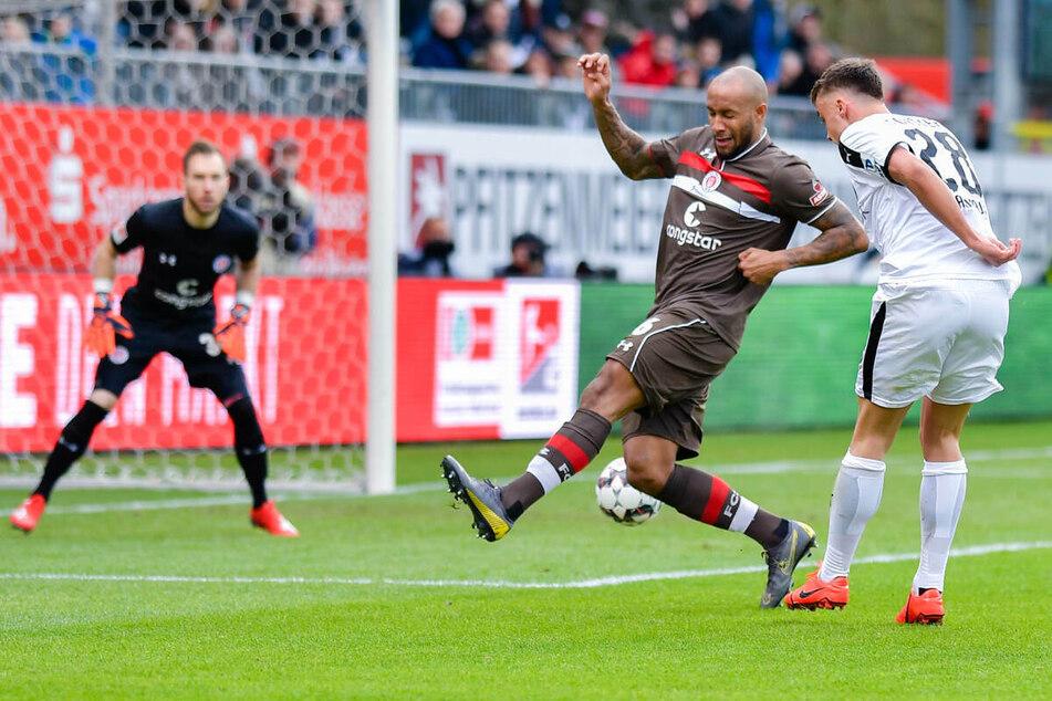 Christopher Avevor (M.), Kapitän des FC St. Pauli, muss erneut am Sprunggelenk operiert werden. (Archivfoto)