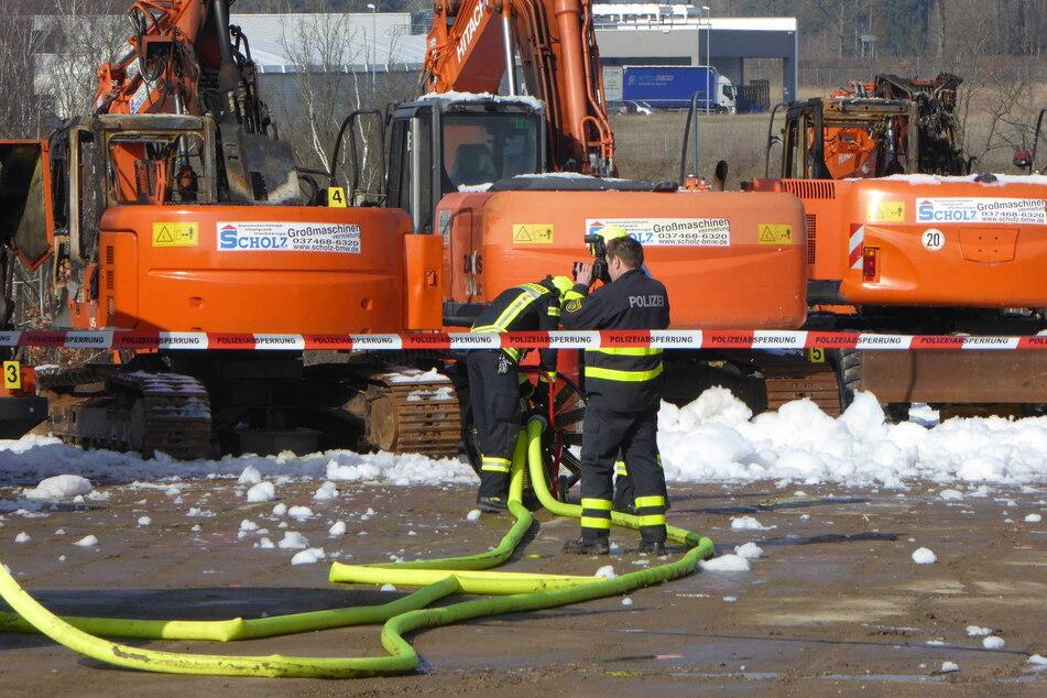 Vier Bagger und eine Planierraupe brennen: 250.000 Euro Schaden!