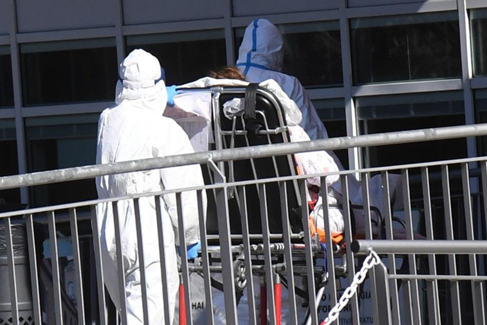 Medizinisches Personal überführt einen am Coronavirus erkrankten Patienten in einem italienischen Krankenhaus. (Archivbild)